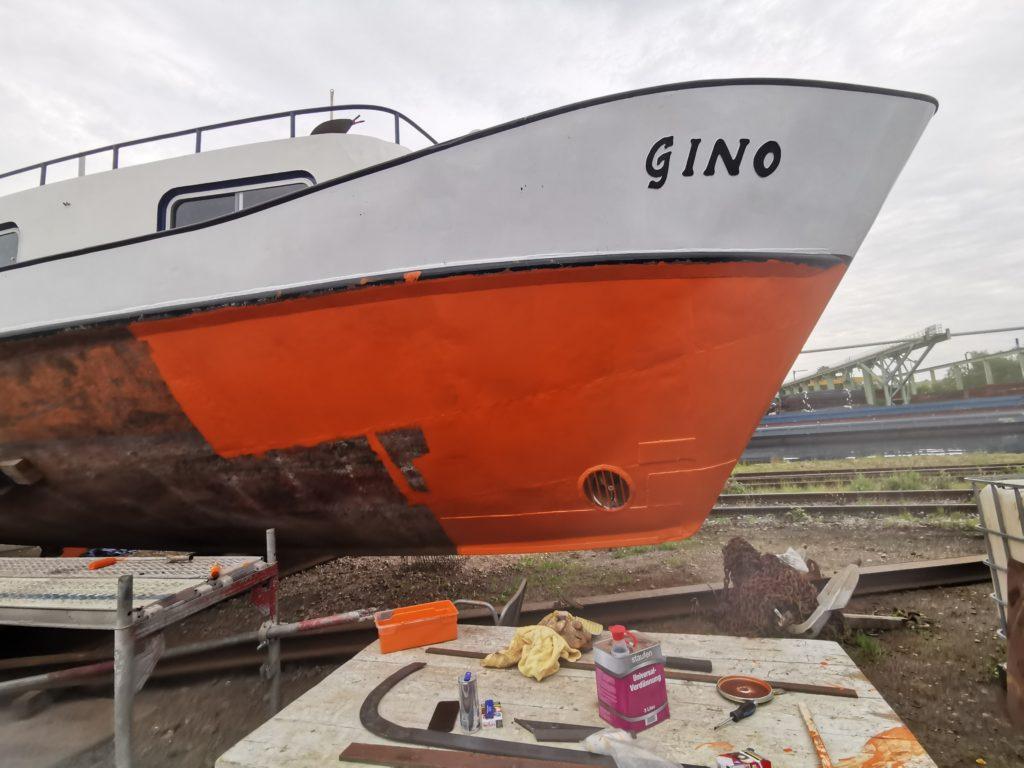 """Vorstreichfarbe am Bug der Yacht """"Gino"""""""