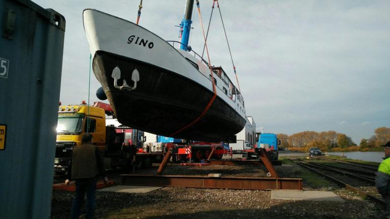 Yacht Gino in der Luft